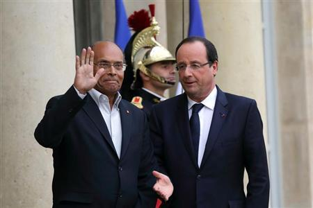 French President Francois Hollande (R) welcomes Tunisian President Moncef Marzouki at the Elysee Palace in Paris, November 5, 2013. REUTERS/Philippe Wojazer