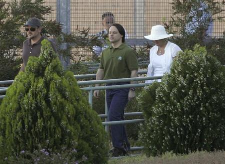 Former Guantanamo Bay detainee David Hicks (C) walks away from Yatala Prison with his former step mother Bronwyn Mewett in Adelaide December 29, 2007, after his release. REUTERS/James Knowler