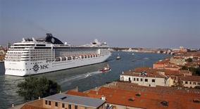 Navio de cruzeiro MSC Musica navega pela lagoa de Veneza, na Itália, em junho de 2012. O governo italiano anunciou que começará a limitar o tráfego de navios de grande porte pela cidade. 17/06/2012 REUTERS/Stefano Rellandini