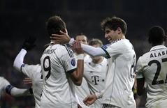 Bayern Munich's Mario Mandzukic (L) celebrates with his team mate Javi Martinez after scoring a goal against Viktoria Plzen during their Champions League soccer match in Plzen November 5, 2013. REUTERS/David W Cerny