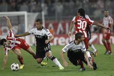 Olympiakos' Kostas Manolas (L) fights for the ball against Benfica's Lima (2nd L) during their Champions League soccer match at Karaiskaki stadium in Piraeus near Athens November 5, 2013. REUTERS/John Kolesidis