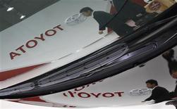 Toyota annonce une hausse de 81% de son résultat opérationnel sur les six premiers mois de 2013-2014 et relève ses prévisions pour l'ensemble de l'exercice. /Photo prise le 6 novembre 2013/ REUTERS/Toru Hanai