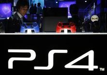 Visitante observa novo console da Sony, PlayStation 4, na Feira de Jogos de Tóquio, em Chiba, na parte leste de Tóquio, 19 de setembro de 2013. A Sony planeja cobrar uma taxa mensal de 9,99 dólares nos Estados Unidos e de 6,99 euros na Europa em jogos multiplayer online do novo PlayStation 4, cujo lançamento está previsto para este mês, publicou o diário de negócios Nikkei sem citar fontes. 19/09/2013 REUTERS/Yuya Shino