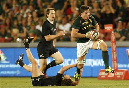 New Zealand's All Blacks Tawera Kerr-Barlow (L) tackles South Africa's Francois Louw, during the final round of the Rugby Championship at Ellis Park stadium in Johannesburg, October 5, 2013. REUTERS/Siphiwe Sibeko
