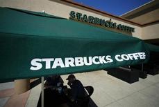 Кофейня Starbucks в Фаунтин-Вэлли, Калифорния, 22 августа 2013 года. Крупнейшая в мире сеть кофеен Starbucks Corp намерена взять на работу как минимум 10.000 бывших военнослужащих и супругов действующих военных в ближайшие пять лет. REUTERS/Mike Blake