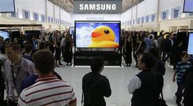 Visitantes observam os últimos produtos da Samsung durante dia de abertura da feira de eletrônicos de consumo IFA, em Berlim, 6 de setembro de 2013. A Samsung Electronics prometeu dobrar seu rendimento de dividendos, investir em novas tecnologias e reforçar o marketing conforme busca ultrapassar a Apple no segmento de dispositivos móveis e acalmar investidores preocupados com a queda nos preços de suas ações. 06/09/2013 REUTERS/Tobias Schwarz