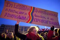 Женщина держит транспарант на демонстрации гей-сообщества в ходе визита президента России Владимира Путина в Амстердам 8 апреля 2013 года. Глава нидерландского МИД раскритиковал во вторник российский закон о запрете пропаганды гомосексуализма среди несовершеннолетних и назвал нарушение прав сексуальных меньшинств достаточным основанием, чтобы просить убежища в Нидерландах. REUTERS/Cris Toala Olivares