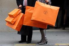 Hermès International a vu sa croissance organique légèrement ralentir au troisième trimestre, à 12,9% contre 14,4% au premier semestre, mais le sellier de luxe à relevé sa prévision de croissance pour l'ensemble de l'année et a confirmé ses objectifs de résultats. /Photo prise le 21 mars 2013/REUTERS/Philippe Wojazer