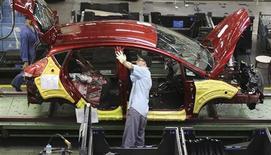 Un trabajador en la línea de ensamblaje de la planta de Ford en Sao Bernardo do Campo, Brasil, ago 13 2013. La producción de automóviles en Brasil cayó un 2,5 por ciento en octubre comparado con el mes anterior, informó el miércoles la asociación nacional de fabricantes de vehículos, mientras que las ventas crecieron un 6,6 por ciento. REUTERS/Nacho Doce