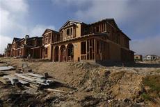 Una vivienda en construcción en San Diego, EEUU, mar 25 2013. Las solicitudes de créditos para vivienda en Estados Unidos disminuyeron la semana pasada, revirtiendo un avance registrado en la semana previa, indicaron el miércoles datos de un grupo del sector. REUTERS/Mike Blake