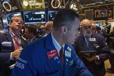 Un operador en la bolsa de comercio de Wall Street en Nueva York, nov 6 2013. Las acciones en Estados Unidos subían el miércoles ante las esperanzas de que la Reserva Federal mantenga sus medidas de estímulo durante más tiempo de lo previsto, lo que se sumó a una seguidilla de ofertas públicas iniciales, entre ellas la del grupo aéreo Avianca Holdings. REUTERS/Brendan McDermid
