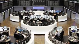 Unos operadores ewn sus puestos de trabajo en la Bolsa de Comercio de Fráncfort, Alemania, nov 4 2013. Las acciones europeas tocaron el miércoles máximos de cinco años, tras resultados mejores a los esperados de ING y Adecco que dieron nuevos brios al repunte de las bolsas de la región. REUTERS/Remote/Stringer