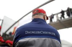 Un empleado de Daimler en una huelga de la firma en Sindelfingen, Alemania, mayo 2 2013. Daimler dijo el miércoles que las ventas de su marca de vehículos de lujo Mercedes-Benz alcanzaron un nuevo récord, al aumentar su volumen en un 15,3 por ciento a 126.421 unidades, gracias a una gran cantidad de entregas de su nuevo modelo E-Class. REUTERS/Lisi Niesner