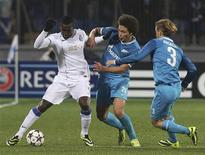 Zenit St Petersburg's Cristian Ansaldi (R) and Axel Witsel (C) fight for the ball with Porto's Jackson Martinez during their Champions League soccer match at the Petrovsky stadium in St. Petersburg November 6, 2013. REUTERS/Alexander Demianchuk