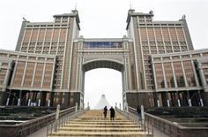 Центральный офис Казмунайгаза в Астане 24 марта 2013 года. Четвертый нефтедобытчик в Казахстане компания Разведка добыча Казмунайгаз (РД КМГ) за девять месяцев 2013 году снизил чистую прибыль на 46 процентов до $615 миллионов по сравнению с аналогичным периодом 2012 года, сообщила компания в четверг. REUTERS/Shamil Zhumatov