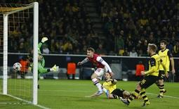 Arsenal's Aaron Ramsey (C) scores a goal past Borussia Dortmund's goalkeeper Roman Weidenfeller during their Champions League Group F soccer match in Dortmund November 6, 2013. REUTERS/Wolfgang Rattay