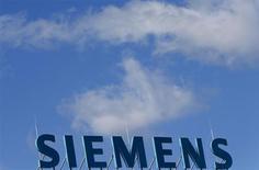 Логотип Siemens на крыше офисного здания в Берлине 30 сентября 2013 года. Немецкая Siemens ждет ускорения роста прибыли в текущем финансовом году после прихода нового главы Джо Кэзера и в надежде на программу сокращения расходов, начавшую приносить первые плоды. REUTERS/Tobias Schwarz