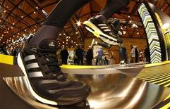Adidas a encore perdu de terrain par rapport à Nike en Europe, ce qui accentue la pression sur l'équipementier sportif allemand pour tirer parti au maximum des opportunités offertes par la Coupe du monde de football qui sera organisée au Brésil l'été prochain. /Photo prise le 8 mai 2013/REUTERS/Michaela Rehle