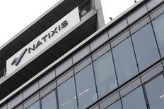 L'action Natixis signe jeudi en fin de matinée l'une des plus fortes hausses de l'indice SBF 120 et surperforme nettement les autres valeurs bancaires européennes au lendemain d'une publication trimestrielle ressortie au-dessus des attentes. /Photo prise le 16 octobre 2013/REUTERS/Jacky Naegelen