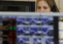 Трейдер в торговом зале инветсбанка Ренессанс Капитал в Москве 9 августа 2011 года. Российский фондовый рынок в четверг продолжает консолидироваться вокруг сложившихся уровней, ожидая катализаторов в виде новостей от ЕЦБ и данных о ВВП США, а бумаги Московской биржи, которым прочат включение в MSCI Russia, смотрятся лучше индексов. REUTERS/Denis Sinyakov