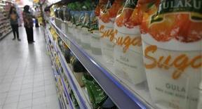 Пакеты с сахаром в супермаркете в Джакарте 12 марта 2013 года. Мировые цены на продовольствие выросли в октябре после пяти месяцев снижения: причиной стало подорожание сахара, зерновых и пищевых масел, сообщила Продовольственная и сельскохозяйственная организация ООН (ФАО) в четверг. REUTERS/Supri