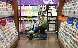 Mujer conduciendo un carro de compras eléctrico en un Walmart Supercenter en Rogers, Arkansas. El crecimiento económico de Estados Unidos probablemente se desaceleró levemente en el tercer trimestre debido a que los consumidores redujeron sus gastos, lo que apoyaría la decisión de la Reserva Federal de mantener su ritmo actual de compras de bonos para estimular la actividad. REUTERS/Rick Wilking