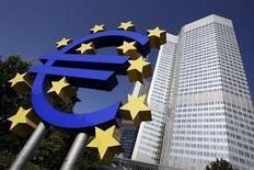 Символ валюты евро на фоне здания ЕЦБ во Франкфурте-на-Майне 18 сентября 2008 года. Европейский центробанк в четверг сократил ключевую ставку до нового рекордного минимума 0,25 процента годовых в ответ на неожиданное замедление инфляции. REUTERS/Alex Grimm