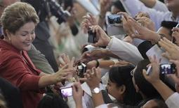Presidente Dilma Rousseff cumprimenta médicos após cerimônia em que sancionou a lei sobre o programa Mais Médicos, no Palácio do Planalto, em Brasília. A avaliação do governo Dilma Rousseff ficou praticamente estável em novembro, mostrou pesquisa CNT/MDA divulgada nesta quinta-feira. 22/10/2013. REUTERS/Ueslei Marcelino