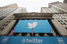 Propaganda do Twitter afixada na fachada da bolsa de valores de Nova York antes do IPO da companhia. O Twitter pode enfrentar volatilidade nas negociações em sua estreia nesta quinta-feira na Bolsa de Valores de Nova York (NYSE), segundo analistas, que mesmo assim continuavam entusiasmados depois da deficitária empresa de mídia social precificar seu IPO acima da faixa esperada. 7/11/2013. REUTERS/Lucas Jackson