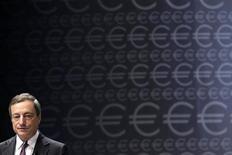 Президент ЕЦБ Марио Драги на конференции в Риге 12 сентября 2013 года. Европейский центральный банк решился на снижение процентных ставок из-за низкой инфляции, которая, как ожидается, останется таковой длительное время, сказал на пресс-конференции в четверг глава ЕЦБ Марио Драги. REUTERS/Ints Kalnins