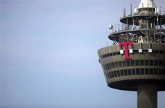 Deutsche Telekom a enregistré une baisse du chiffre d'affaires de ses activités mobiles en Allemagne au troisième trimestre en dépit du gain de 470.000 abonnés, conséquence d'une guerre des prix sans merci sur son principal marché. /Photo prise le 25 mars 2013/REUTERS/Wolfgang Rattay