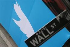 Placa exibe logo do Twitter em frente a bolsa de valores de Nova York, antes de oferta pública inicial de ações da empresa, em Nova York. Oferta pública inicial de ações do Twitter, cuja estreia na Bolsa de Valores de Nova York acontece nesta quinta-feira, teve demanda 30 vezes superior ao número de ações ofertadas, segundo duas fontes com conhecimento da operação. 07/11/2013. REUTERS/Lucas Jackson (UNITED STATES - Tags: BUSINESS SCIENCE TECHNOLOGY LOGO) - RTX153SB