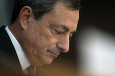 El presidente del Banco Central Europeo, Mario Draghi, en su conferencia de prensa mensual en Fráncfort, nov 7 2013. El Banco Central Europeo redujo su principal tasa de interés el jueves a un nuevo mínimo histórico, en respuesta a una sorpresiva desaceleración de la inflación que ha provocado temores a que la recuperación económica de la zona euro se pueda estancar. REUTERS/Ralph Orlowski