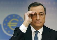 La Banque centrale européenne (BCE) a choisi de réduire son principal taux directeur jeudi parce que l'inflation dans la zone euro restera probablement faible pendant une période prolongée, a déclaré son président Mario Draghi. /Photo prise le 7 novembre 2013/REUTERS/Ralph Orlowski