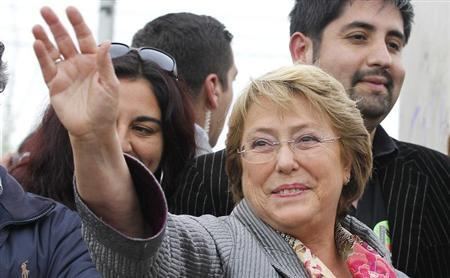 Chilean presidential candidate Michelle Bachelet of the ''Nueva Mayoria'' (New Majority) coalition of political parties takes part in a campaign event in Valparaiso city, about 121 km (75 miles) northwest of Santiago, October 31, 2013. REUTERS/Eliseo Fernandez