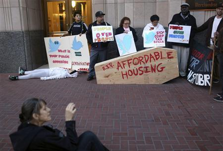 Protesters with signs gather at the entrance to Twitter's headquarters in San Francisco, California November 7, 2013. REUTERS/Robert Galbraith