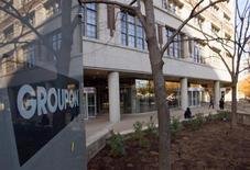 Люди выходят из здания Groupon Inc в Чикаго 4 ноября 2011 года. Прибыль скидочного сервиса Groupon в третьем квартале превысила прогнозы аналитиков благодаря сильному росту в Северной Америке, который помог компенсировать снижение международной выручки. REUTERS/Frank Polich