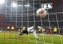Borussia Dortmund's goalkeeper Roman Weidenfeller receives a goal by Bayern Munich's Arjen Robben during their German soccer cup, DFB Pokal, quarter final match in Munich February 27, 2013. REUTERS/Michael Dalder