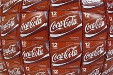 Coca-Cola va investir plus de 4 milliards de dollars (3 milliards d'euros) en Chine et y bâtir de nouvelles usines au cours de la période 2015-2017 afin de contrer l'émergence d'une concurrence qui grignote ses parts de marché. /Photo d'archives/REUTERS/Mike Blake