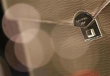 Richemont a décidé de ne pas vendre les filiales sous-performantes, comme le maroquinier Lancel, notamment parce que la société suisse n'a pas réussi à obtenir un bon prix, décevant ainsi des analystes qui espéraient une solution rapide. /Photo prise le 28 octobre 2013/REUTERS/Christian Hartmann