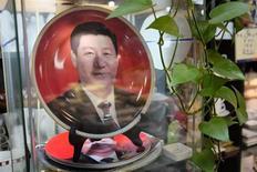 """Фарфоровая тарелка с изображением председателя КНР Си Цзиньпина в пекинском магазине 5 ноября 2013 года. Компартия Китая сказала твёрдое """"нет"""" любой политической реформе, способной поставить под угрозу её доминирование, за день до начала ключевого пленума, нацеленного на определение круга экономических реформ на ближайшие десять лет. REUTERS/Jason Lee"""