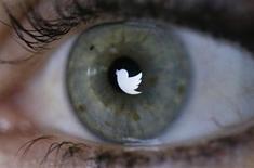 Logo do Twitter refletido no olho de uma mulher em Berlim. Logo do Twitter refletido no olho de uma mulher em Berlim. 7/11/2013. REUTERS/Fabrizio Bensch