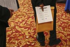 Salon de l'emploi à New York. L'économie américaine a créé plus d'emplois qu'attendu en octobre, ce qui laisse penser que le blocage budgétaire à Washington, notamment à l'origine d'un arrêt temporaire d'une partie des services fédéraux, a moins affecté qu'attendu l'activité économique. /Photo d'archives/REUTERS/Lucas Jackson