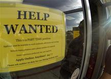 Un anuncio de empleo en una gasolinera de Encinitas, EEUU, sep 6 2013. El crecimiento del empleo en Estados Unidos se aceleró inesperadamente en octubre debido a que los empleadores ignoraron un cierre parcial del Gobierno, lo que sugiere que la economía está en buen pie y aumenta la posibilidad de que la Reserva Federal decida reducir pronto su programa de compra de bonos. REUTERS/Mike Blake