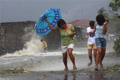 Super typhoon Haiyan slams into Philippines, at least...