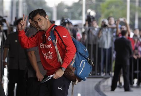 Chile's national soccer team player Johnny Herrera (C) arrives at Hotel Bourbon in Luque, near Asuncion June 6, 2013. Chile will face Paraguay for their 2014 World Cup qualifying soccer match in Asuncion on June 7. REUTERS/Jorge Adorno