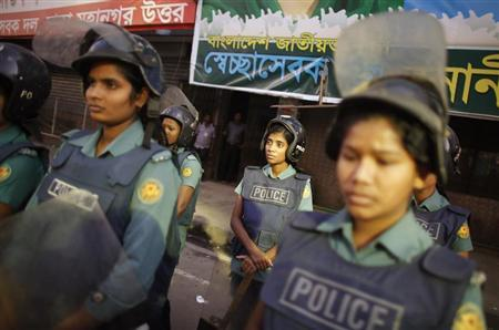 Police officers stand guard in front of the office of Bangladesh Nationalist Party (BNP) during a strike in Dhaka October 28, 2013. REUTERS/Andrew Biraj