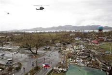 Helicópteros sobrevuelan las áreas afectadas tras el paso del tifón Haiyan sobre la ciudad de Tacloban. Un poderoso tifón devastó la zona central de Filipinas, provocando la muerte de más de 1.000 personas sólo en una ciudad y de otras 200 en una provincia, según estimaciones entregadas el sábado por la Cruz Roja. REUTERS/Romeo Ranoco