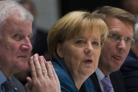 The head of the Christian Democratic Union (CDU) German Chancellor Angela Merkel (C) and the head of the Christian Social Union (CSU) Horst Seehofer (L) attend coalition talks with the Social Democratic Party (SPD) in Berlin November 5, 2013. REUTERS/Thomas Peter