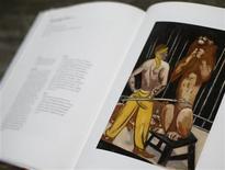"""Foto de archivo de una impresión de la pintura """"El domador de leones"""", del artista alemán Max Beckmann, presentada en un libro en una subasta de la casa Lempertz, en Colonia. En la puerta del apartamento del bohemio distrito de Schwabing, en Múnich, hay un nombre distinguido en el pasado en el mundo de la arquitectura y la música pero infame desde la era nazi por la asociación que se hace de él con el pillaje de obras de arte propiedad de los judíos: Gurlitt. REUTERS/Wolfgang Rattay/Archivos"""